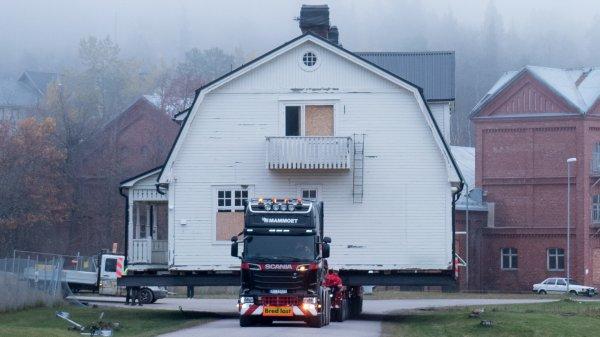 В Швеции тягачи Scania перевезут 30 многоквартирных домов