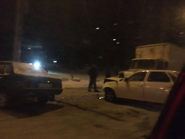 В столице Татарстана произошло ДТП с участием двух легковых автомобилей и грузовика