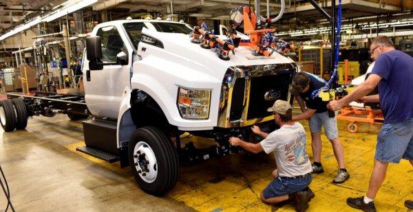 В Мексике обрушилось песо из-за отмены инвестиций в завод Ford