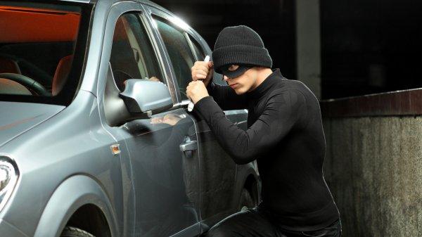 Автомойщик угнал у пенсионера BMW и попал на нем в ДТП в Петербурге
