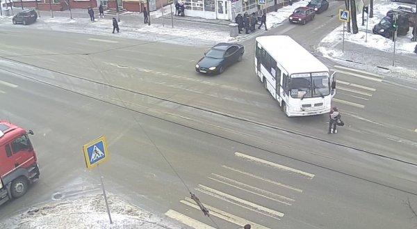 Маршрутка сбила женщину на перекрестке в Твери, водитель обнял постравшую