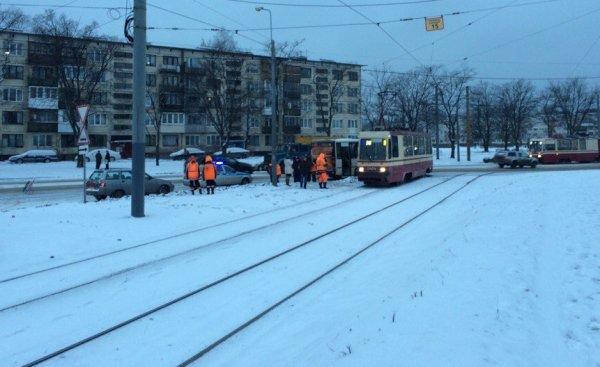 Троллейбус и маршрутка столкнулись на проспекте Науки в Петербурге