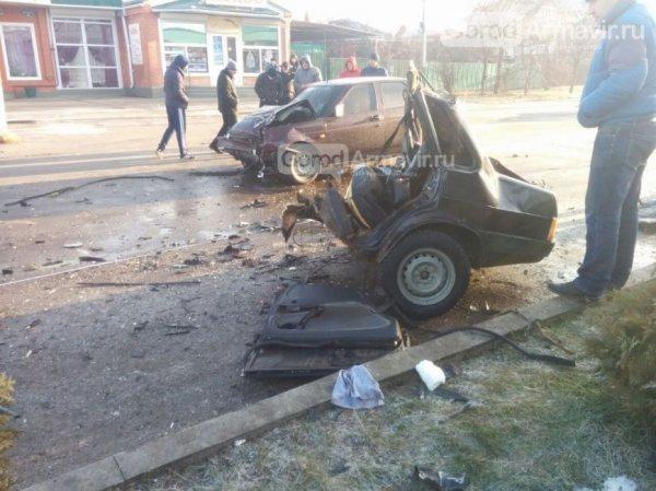 «Легковушку» разорвало на части в результате ДТП в Армавире