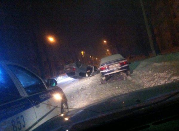 В Кемерове из-за ДТП перевернулся автомобиль, пострадала женщина