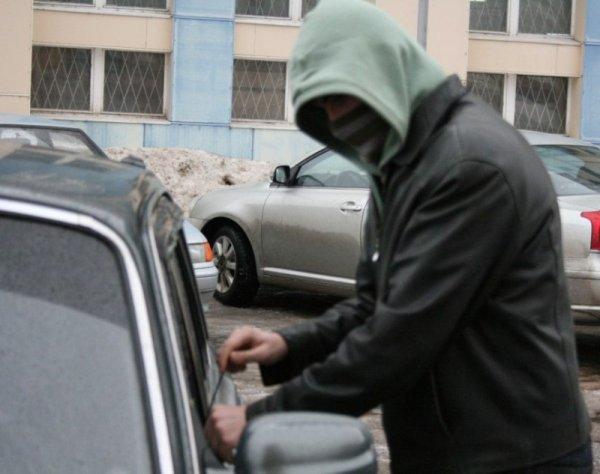 В Ярославле сотрудник СТО угнал автомобиль и врезался в столб
