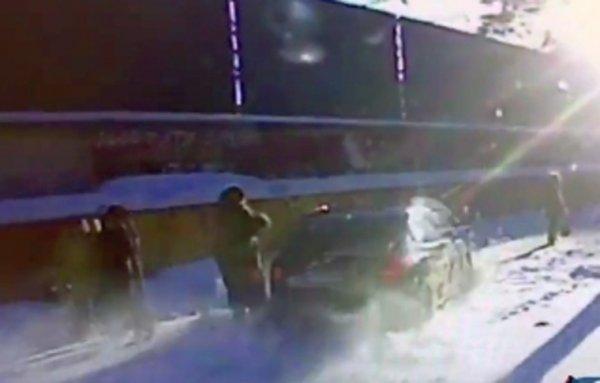 Иномарка вылетела на заполненный пешеходами тротуар в Челябинске