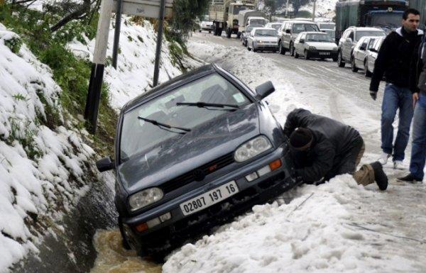В Тунисе из-за снегопада прекратилось движение транспорта