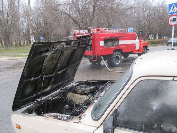 На Ставрополье машина врезалась в дерево и загорелась