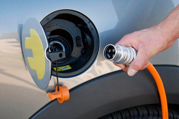 В России хотят запретить парковку рядом с зарядками для электрокаров