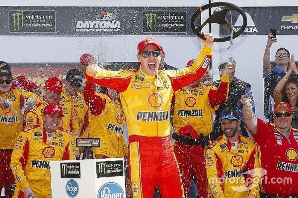 Гонка NASCAR завершилась столкновением лидеров на последнем круге