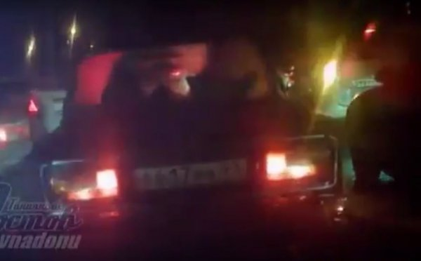 Цыгане на ВАЗ-2106 спровоцировали ДТП в пробке в Ростове-на-Дону