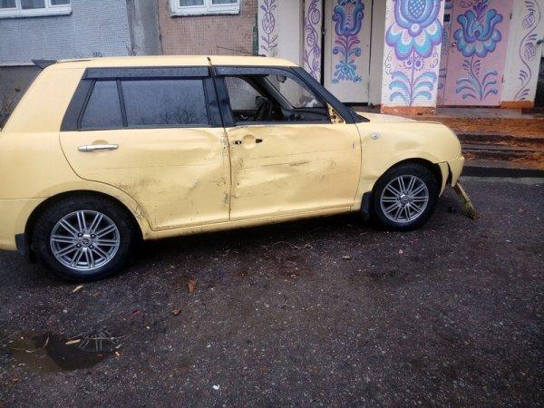 Пьяный водитель снес забор и врезался в подъезд в Калининграде