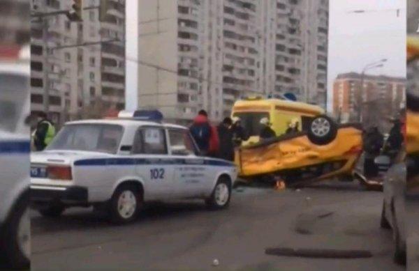 В Москве в результате массового ДТП перевернулось такси, есть пострадавшие