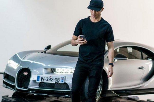 Криштиану Роналду прокатился на гиперкаре Bugatti Chiron