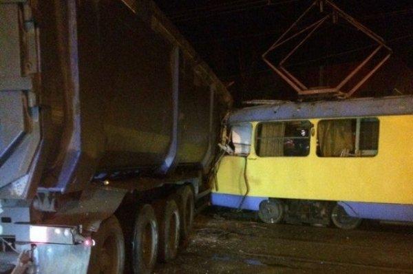Грузовик протаранил вагон трамвая в Волгограде