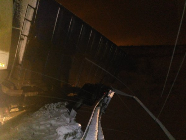 Самосвал МАЗ повис над обрывом на мосту под Самарой