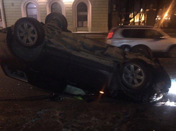 Полицейский пострадал в ДТП на Дворцовой набережной в Петербурге