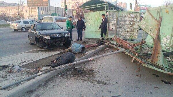 В Симферополе водитель совершил наезд на остановку, есть пострадавшие