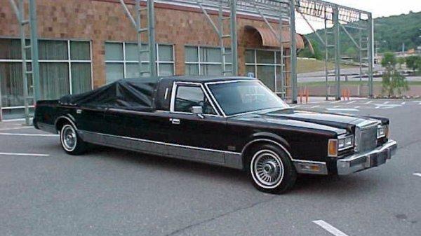 В США продают лимузин Lincoln с шестом для стриптиза