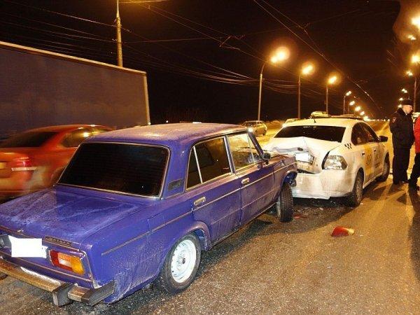 В Ижевске машина насмерть сбила водителя, вышедшего из салона после ДТП