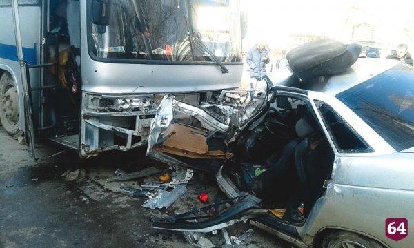 В Саратове автобус протаранил четыре автомобиля