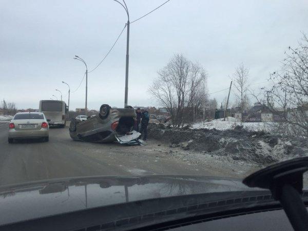 «Легковушка» опрокинулась на крышу после ДТП на Широкой Речке