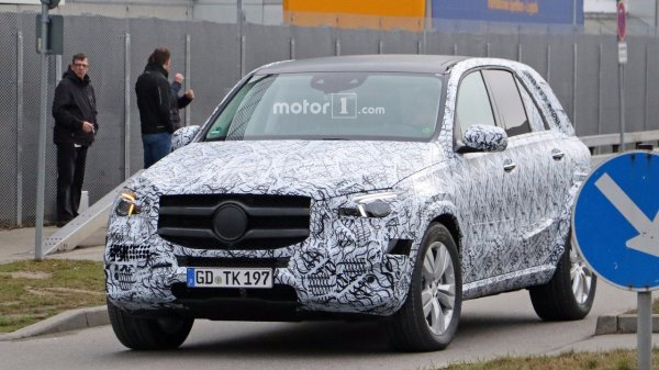 В сети появились шпионские снимки салона Mercedes-Benz GLE