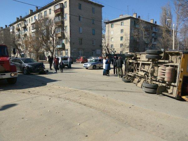 Маршрутка перевернулась после ДТП на юге Волгограда