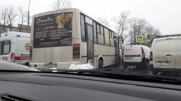 Шесть человек пострадали в ДТП с маршруткой в Санкт-Петербурге
