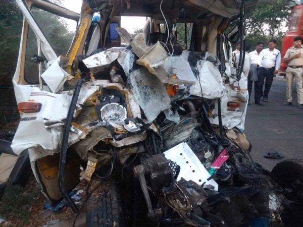 11 человек погибли в страшном ДТП с грузовиком в Индии