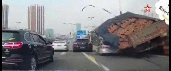 После ДТП в Китае «легковушку» засыпало кирпичами, которые перевозил грузовик