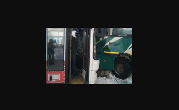 5 человек пострадали в ДТП с двумя автобусами на трассе